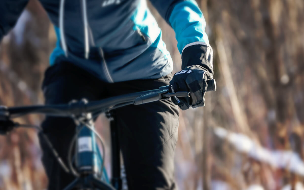 Riding your Fat Bike with glove that keep you warm and amazing breathability.